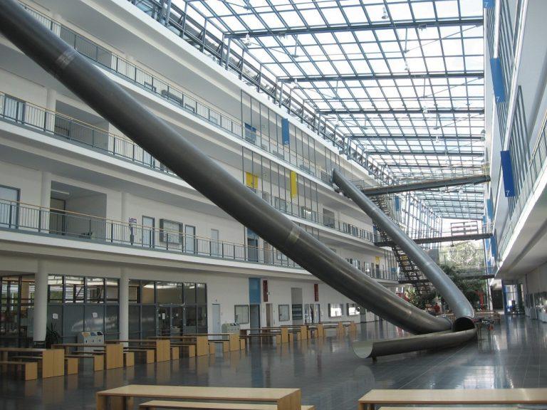 Trường Đại học sáng tạo đỉnh cao với cầu thang trượt Parabol từ tầng 4 xuống tầng 1 giúp sinh viên di chuyển dễ dàng